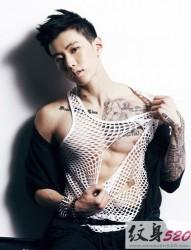 偶像歌手朴宰范的帅气纹身秀