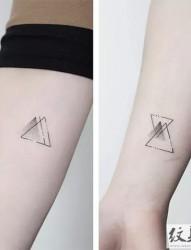 時尚點刺幾何紋身圖片