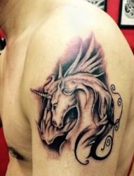 胳膊上的独角神兽纹身图案