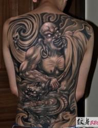 男性背部霸气的降龙罗汉纹身