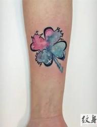 手臂上的时尚泼墨水彩纹身