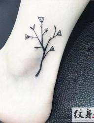 脚踝上清新的小树纹身
