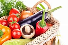 菜篮里的多种蔬菜图片