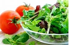 西红柿与绿叶蔬菜图片