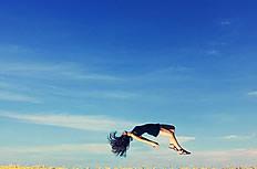 蓝天白云下的油菜花田女孩意境图片