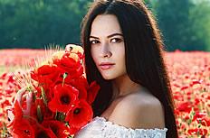 美女與罌粟花花海圖片