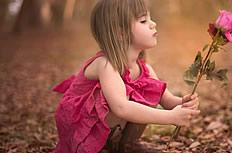 拿玫瑰花小女孩图片