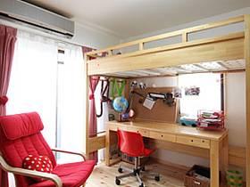 溫馨兒童房窗簾椅設計方案